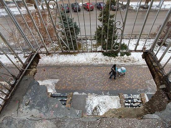 Двое волгоградцев вышли покурить и пролетели три этажа вместе с балконом