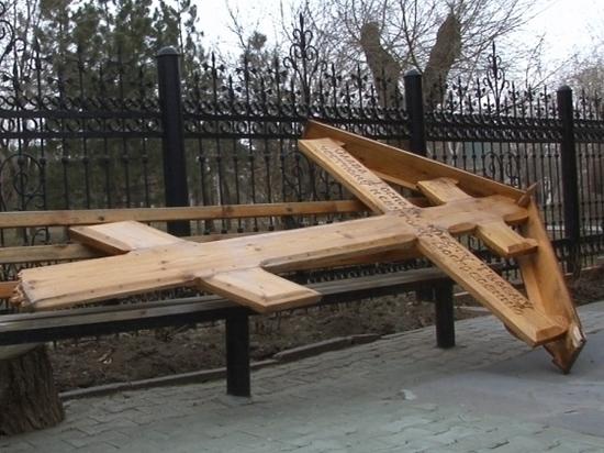 Трое молодых волгоградцев пытались сжечь крест ради эффектного селфи