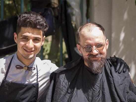 В Волгограде элитные парикмахеры бесплатно подстригли бездомных