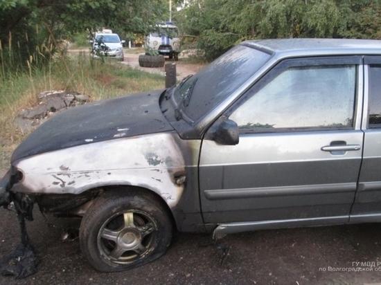 Трое молодых людей месяц «кошмарили» волгоградку поджогом авто итраурным венком под дверью
