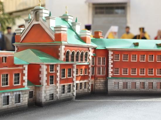 В Волгограде освятили накупольные кресты на старинном тюремном замке
