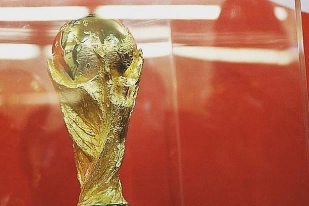 ВСаратов привезли Кубок Чемпионата мира пофутболу