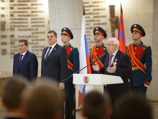 В День Конституции выдающихся жителей Волгоградской области наградили за заслуги