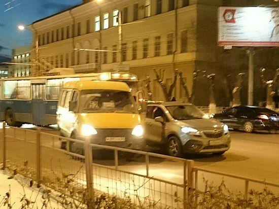 ВВолгограде маршрутка спассажирами угодила вДТП синомаркой