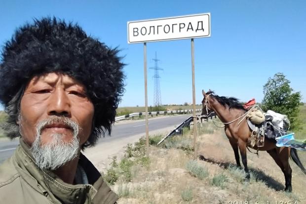 Китайский путешественник прискакал налошади вВолгоград