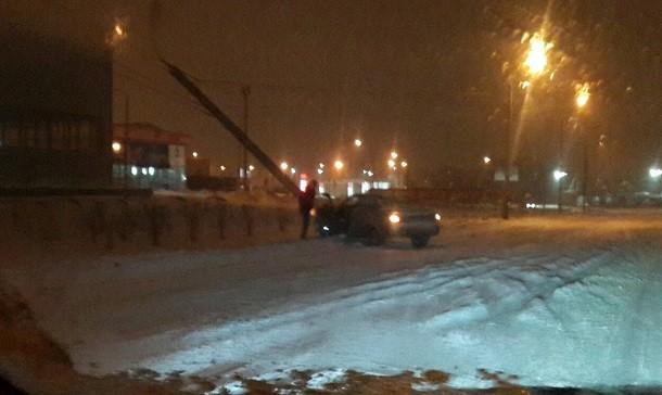 ВВолгограде ночью «Лада Приора» снесла столб