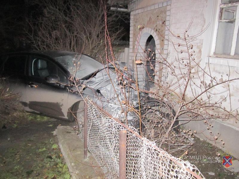 Под Волгоградом шофёр иномарки врезался вдом, скрываясь отпогони ДПС