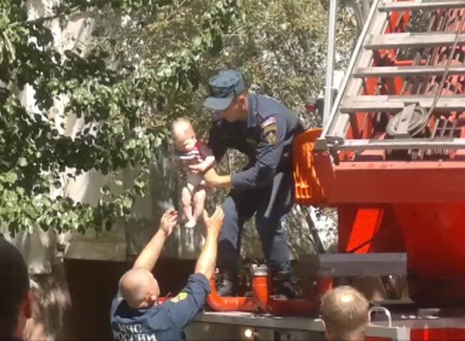 ВВолгограде эвакуировали граждан многоэтажки из-за задымления вподъезде