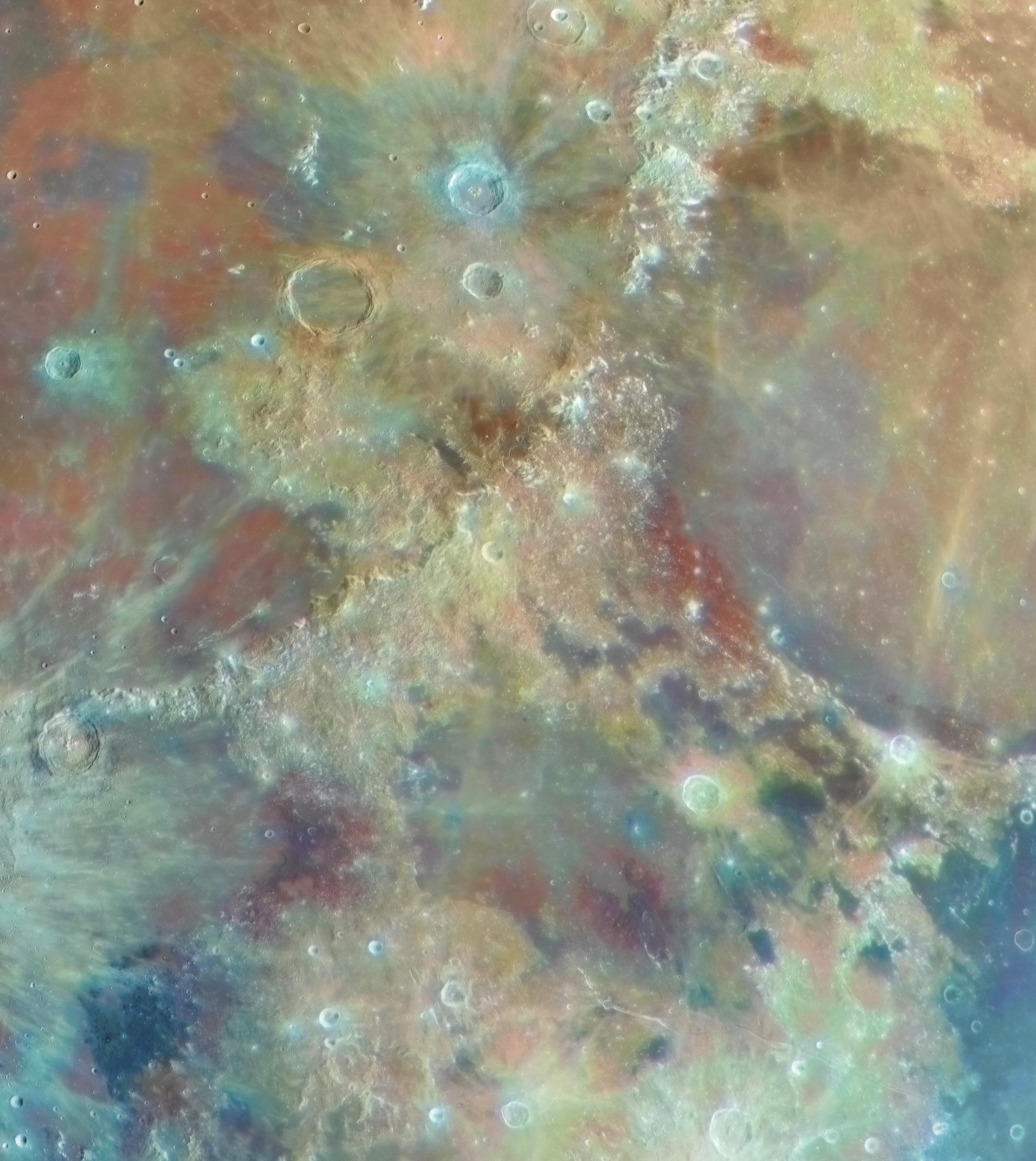 Поверхность Луны несерого цвета, аразноцветная
