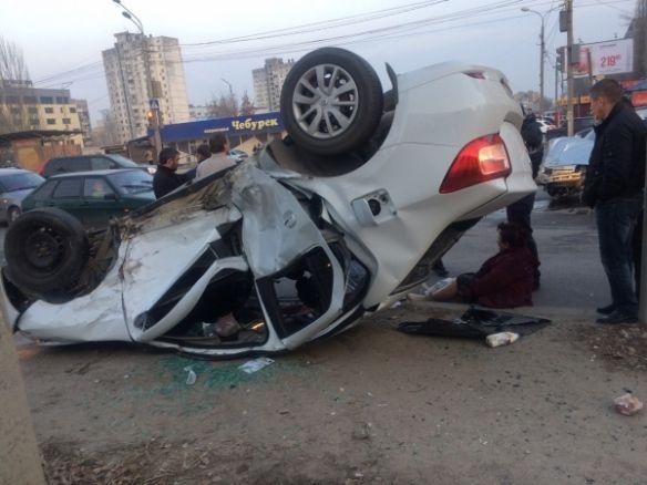 Серьезное ДТП вВолгограде: автомобиль «Рено» перевернулся после удара с«ВАЗ-2112»