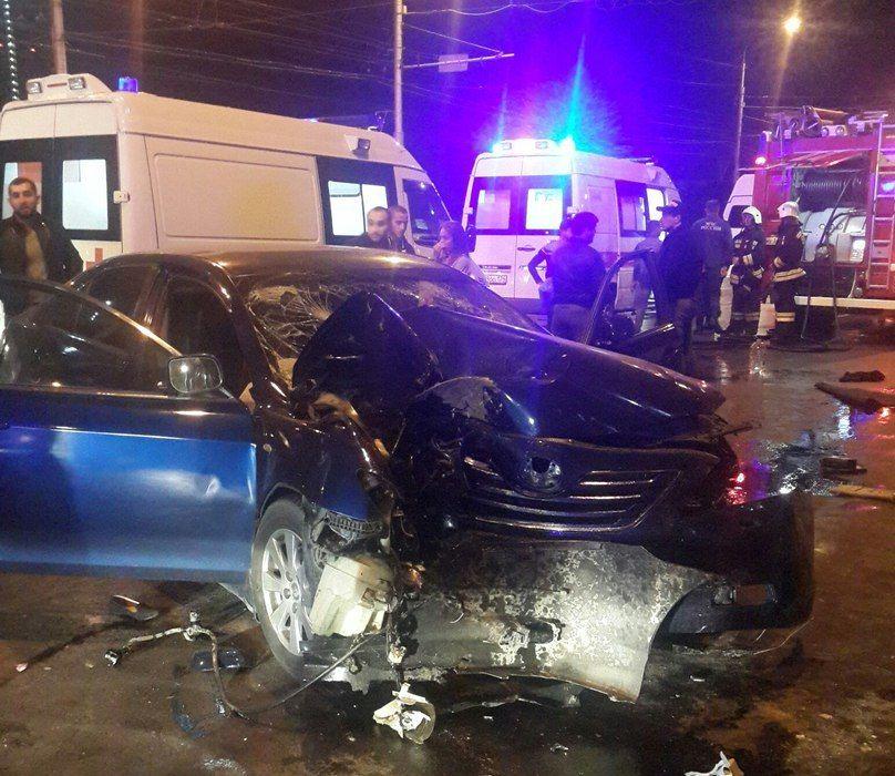 Встолкновении БМВ и Тойота пострадали три человека— ДТП вВолгограде