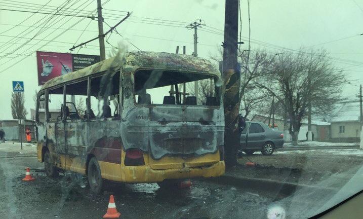 Микроавтобус №96 навсе 100% сгорел вВорошиловском районе Волгограда