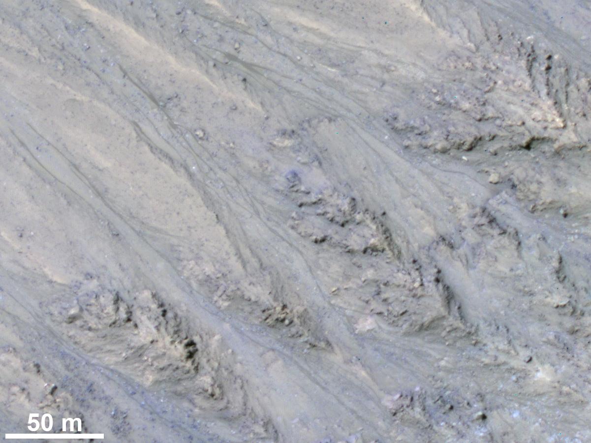 Ученые пояснили природу темных полос наМарсе