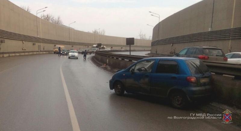 ВВолгограде автомобиль протаранил бетонное ограждение втоннеле наТулака