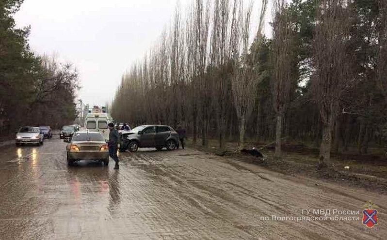 ВВолгоградской области 43-летняя автоледи врезалась вдерево