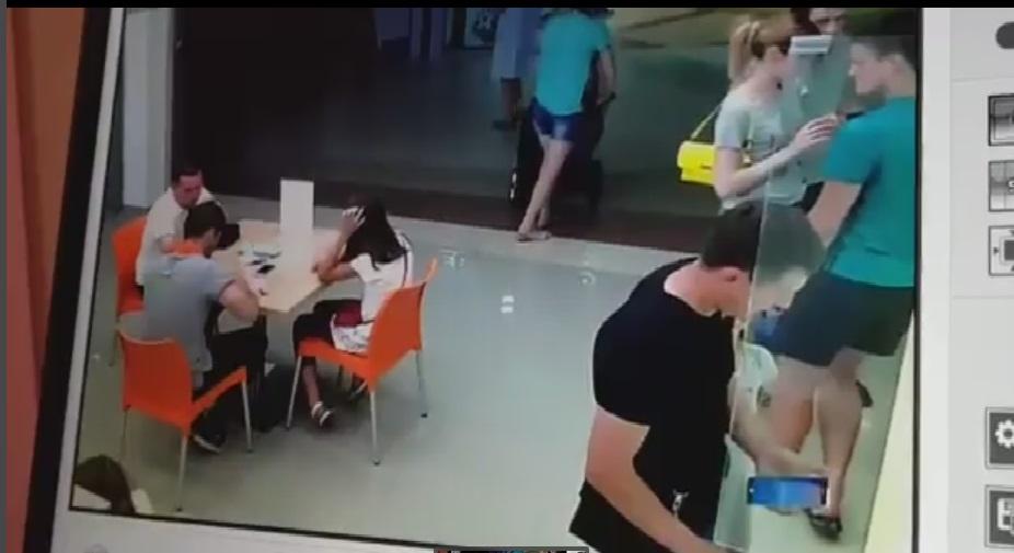ВВолгограде мужчина с сыном похитил вмагазине смартфон