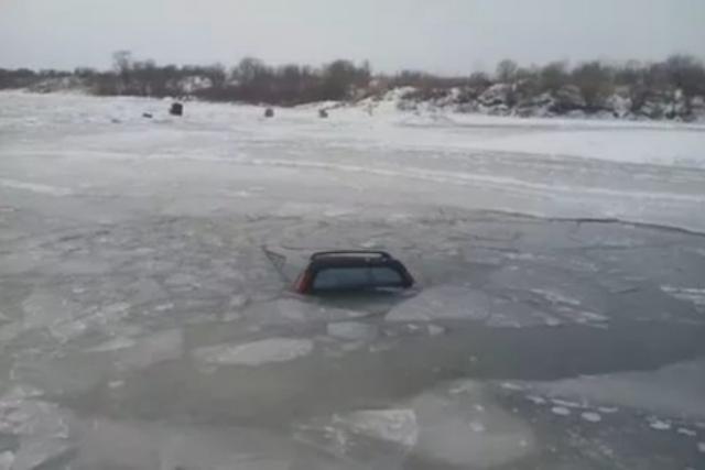 Волгоградец потонул впровалившемся под лед автомобиле «Нива»