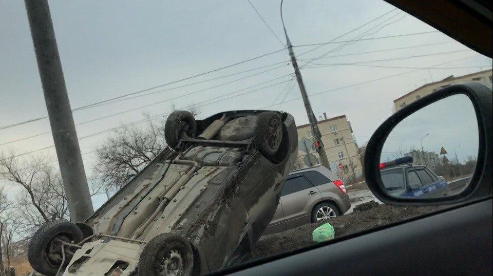 Легковушка перевернулась напроезжей части вВолгограде