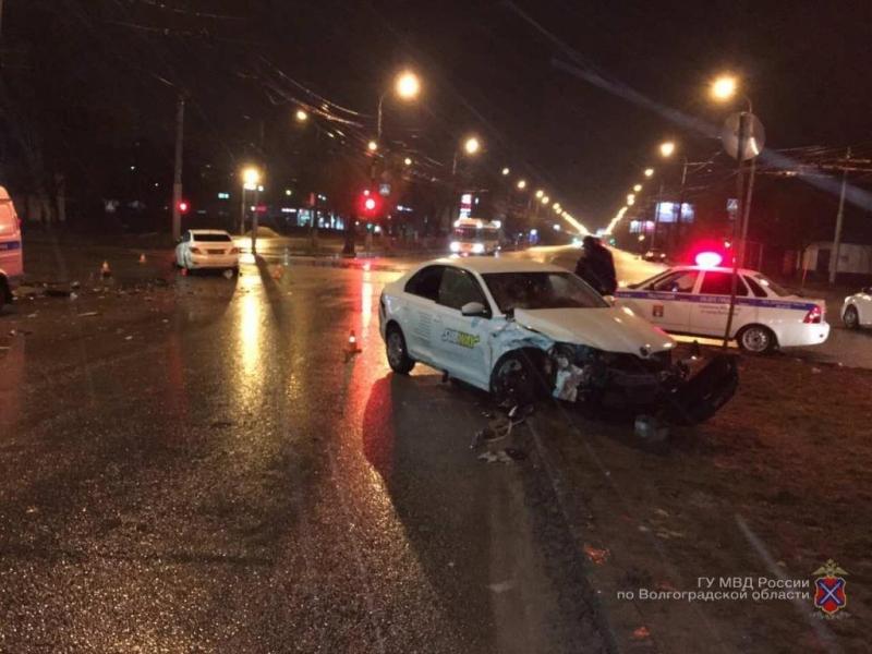 Насевере Волгограда автоледи на Шкода протаранила Хёндай