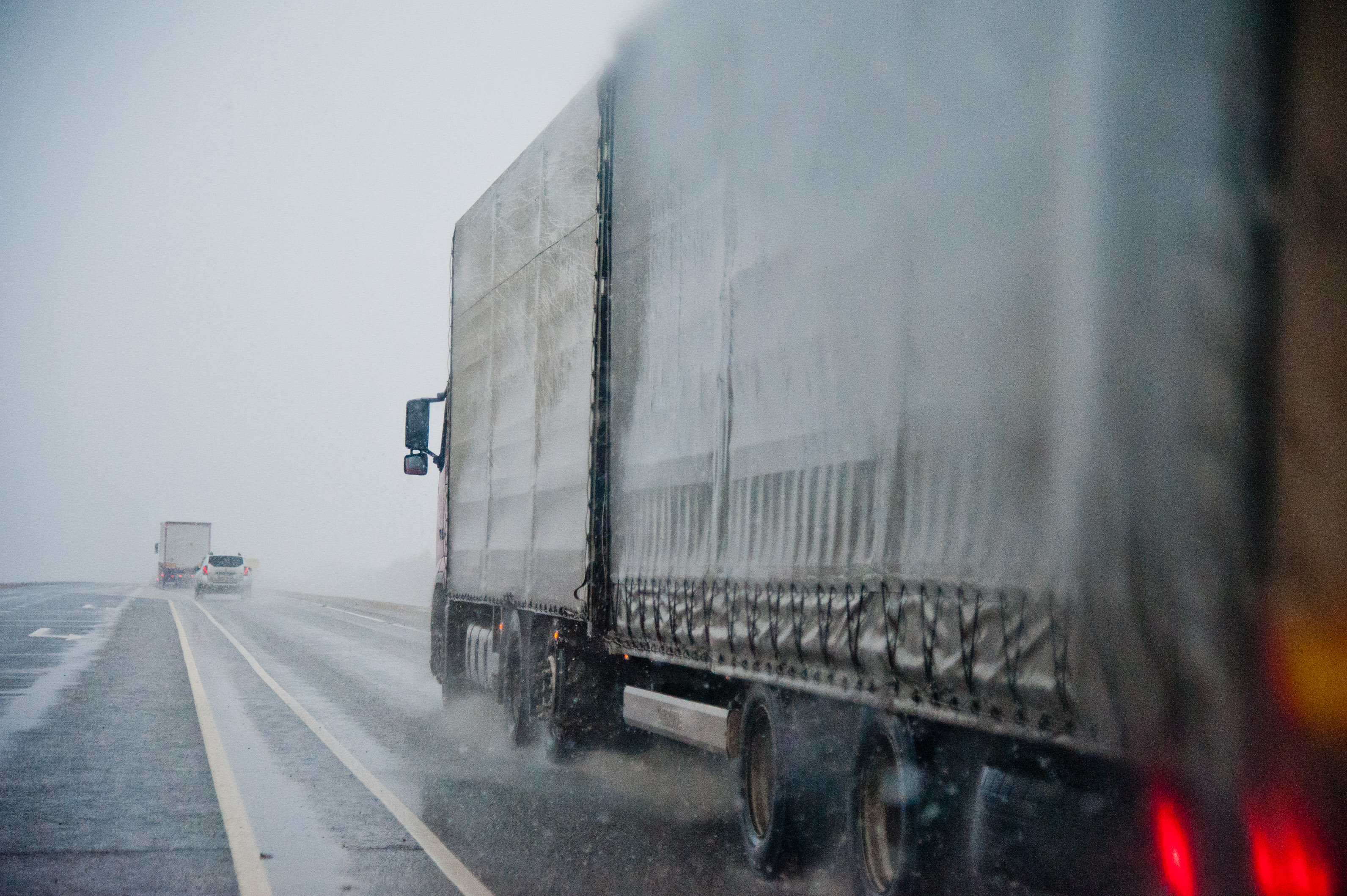 ВВолгоградской области дорожники сражаются спереливами наавтотрассах