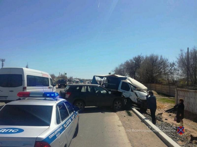 Серьезное ДТП назападе Волгограда: самосвал протаранил «Газель» и джип