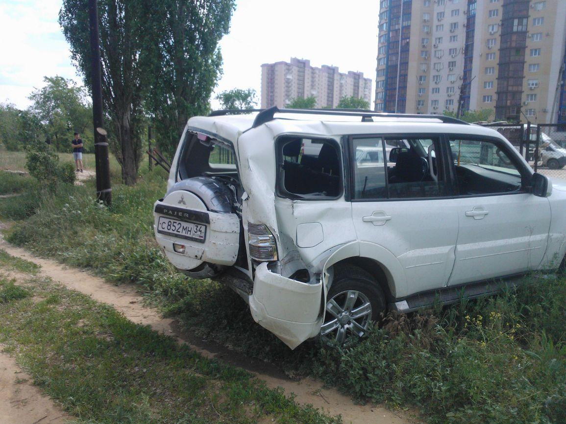 ВВолгограде вседорожный автомобиль протаранил дом и сломал газовую трубу